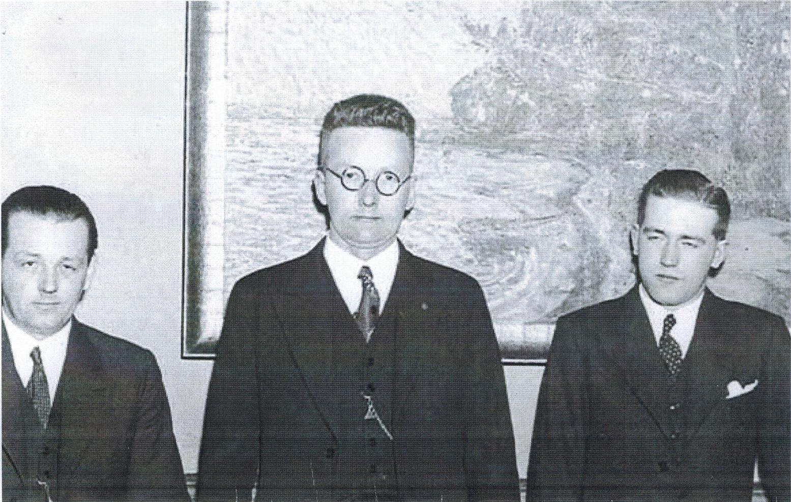 I mitten Bror Gustav Bylund. På hans vänstra sida Simon Fredriksson. Mannen till höger okänd.