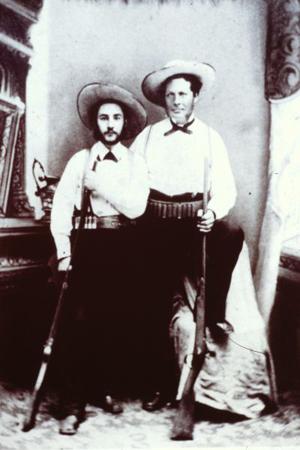 Vollrad Karlsson (den kortare av dem) tillsammans med Olof Bergström. Fotot sannolikt taget 1883 i Kearney, Nebraska